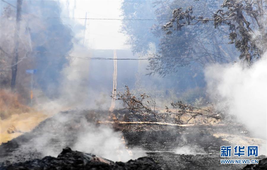 夏威夷火山喷发受灾区域:地面裂缝冒出有毒气体
