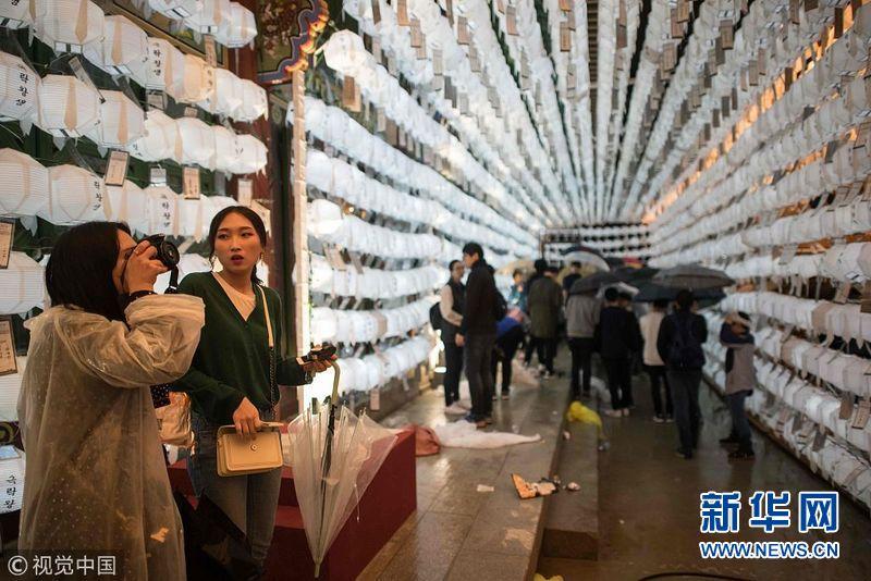 迎接佛诞节 韩国民众冒雨参加莲花灯游行
