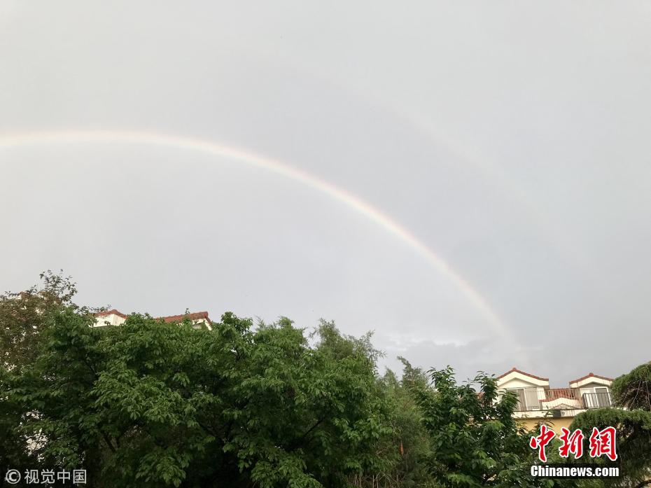 北京雨后现双彩虹扮靓天空