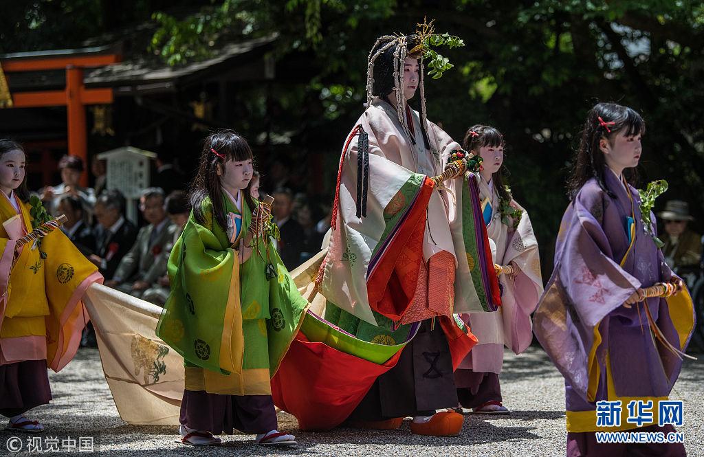 日本京都举行传统葵祭 华服游行美如画