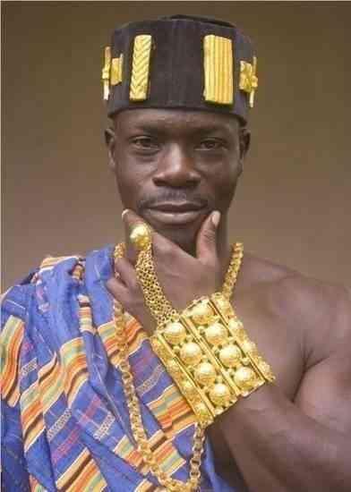 来看看非洲土豪,拖鞋都是黄金打造的