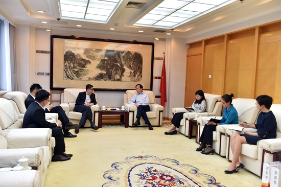 人民日报社社长李宝善会见新加坡驻华大使罗家良一行。(摄影:翁奇羽)