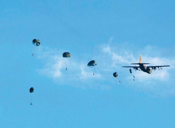 台伞兵300多米坠落未开伞奇迹生还 保伞连遭质疑