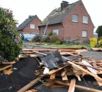 龙卷风突袭德国部分地区 树枝碎片砸落伤行人