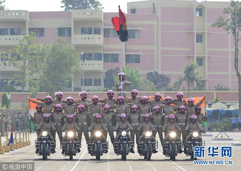开挂!印度边境女警大秀逆天摩托车特技