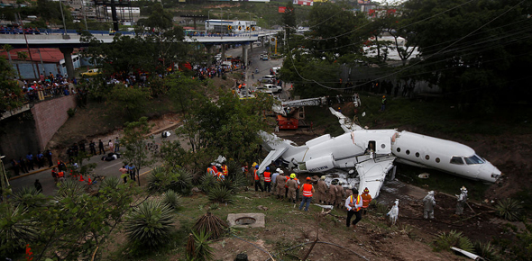 洪都拉斯一飞机降落时滑出跑道 机身损毁严重