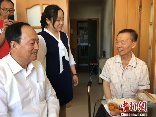"""河北""""好人""""高建忠:我要把免费""""扶贫养老饭桌""""办到老"""