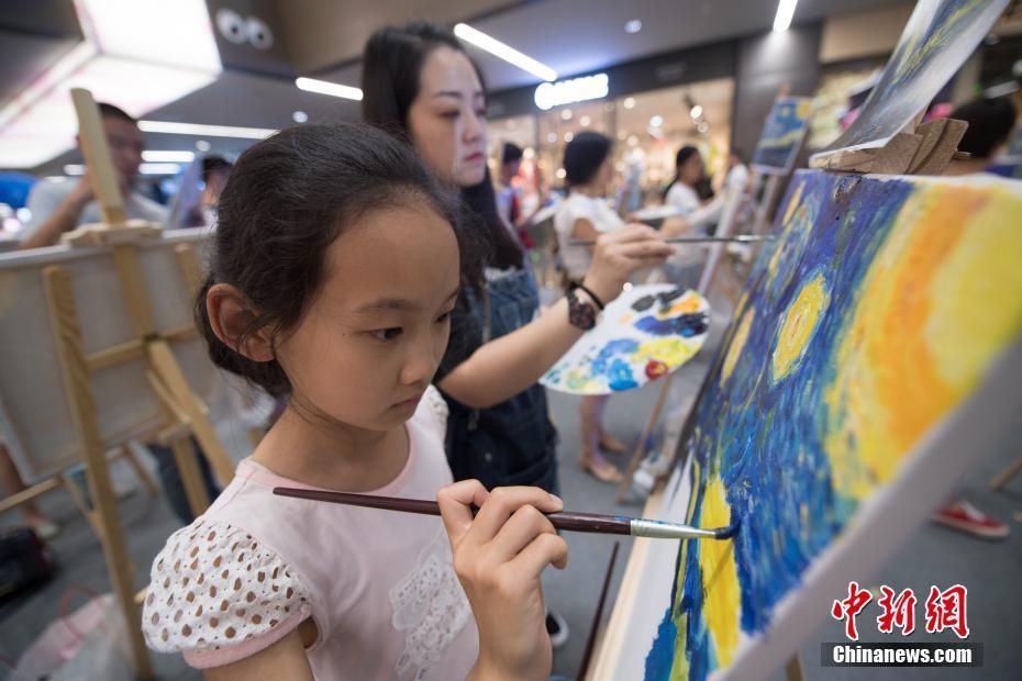 山西150名画师共绘梵高代表作《星月夜》