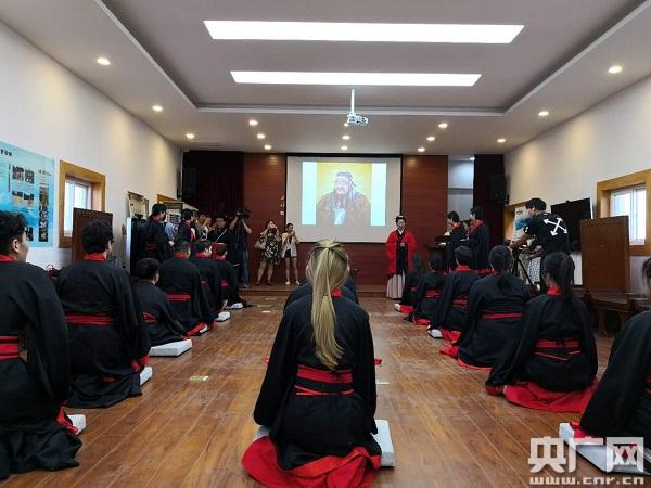 加拿大大学生走进汉阳陵举行成人礼体验汉文化