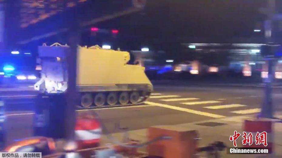 美国大兵盗窃装甲车 和警察上演街头追逐戏码