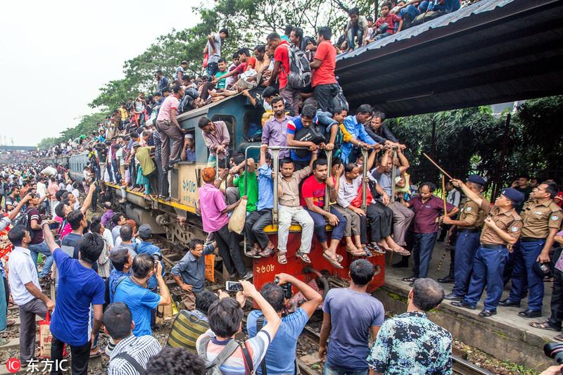 """孟加拉国人民返乡盛况 开挂""""骑""""火车"""