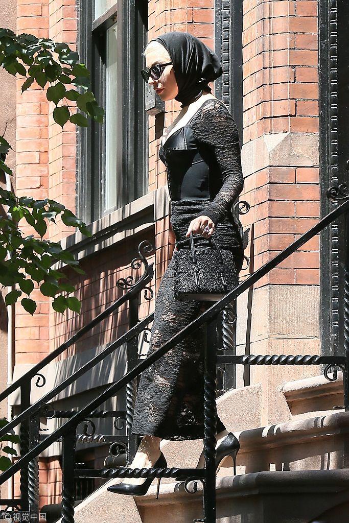 """Lady Gaga个性穿搭 戴黑头巾似""""狼外婆"""""""