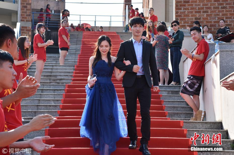 毕业季中传毕业生齐聚走红毯