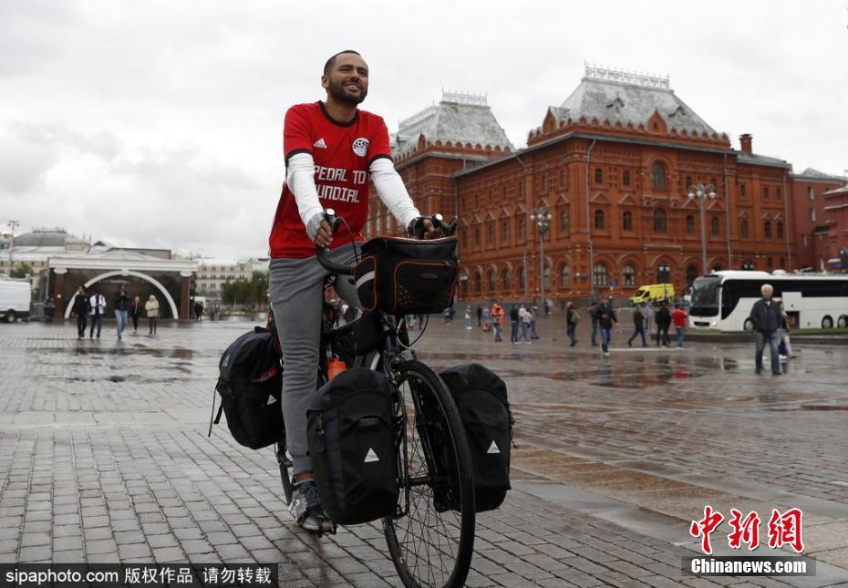 埃及小伙骑车65天穿越7国 抵达俄罗斯为主队助威