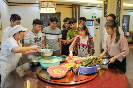 泰国留学生广西学包粽子 体验中国味道