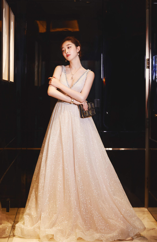 蒋梦婕高调亮相红毯 变身优雅白天鹅