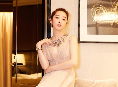蒋梦婕亮相红毯 变身优雅白天鹅