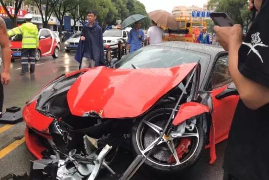 400万法拉利街头撞毁 女司机:租的