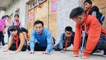 《同一堂课》王洛勇带学生扮演动物释放天性