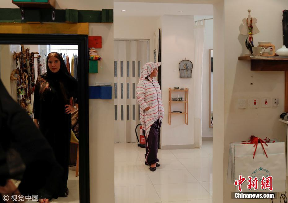 沙特妇女突破全身黑色服饰 衣着多样驾车出行