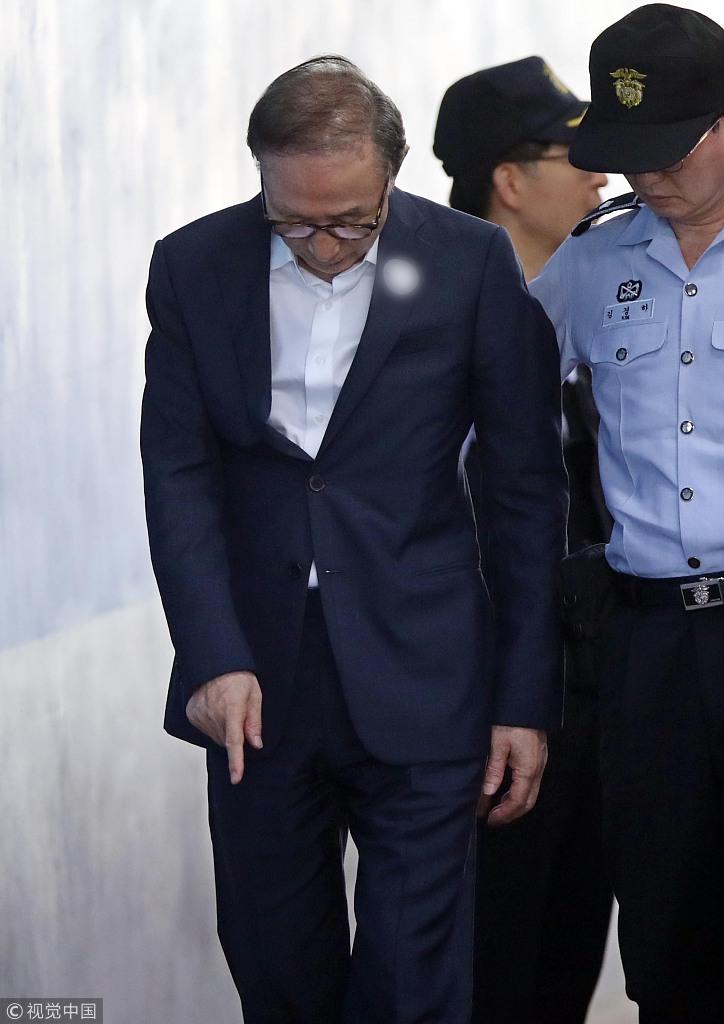 77岁李明博再出庭受审 用手扶墙进法院面容憔悴图片