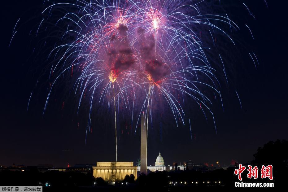 美国庆祝独立日 城市上空烟花绽放