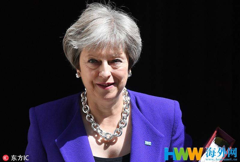 """特蕾莎-梅出席议会质询 """"链条""""项链超夸张"""