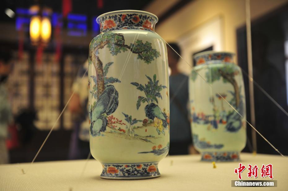 沈阳故宫敬典阁展出清乾隆款粉彩十六子灯笼瓶