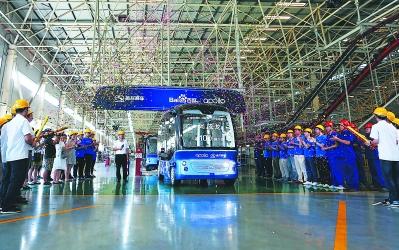 首款L4级自动驾驶巴士金龙阿波龙在厦门量产下线
