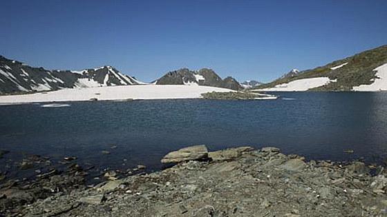"""新疆阿勒泰高山""""藏""""湖 白雪相映美不胜收"""