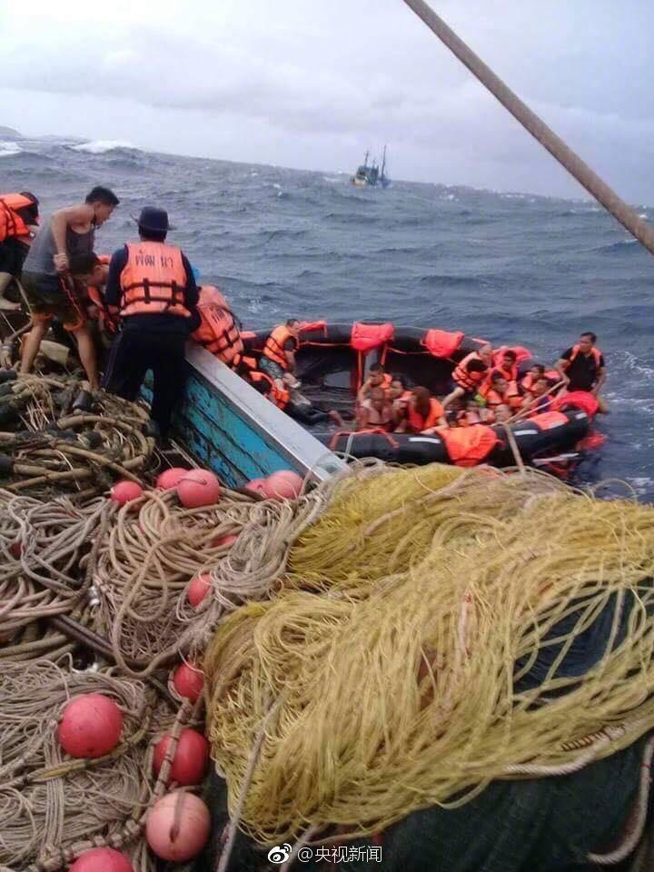 两艘载有中国游客的游船在泰国翻船