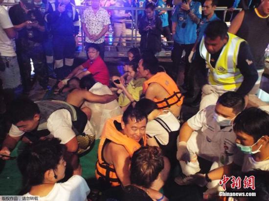 中国驻泰国使馆高度重视7月5日普吉岛游船倾覆事故,使馆临时代办紧急向泰旅游体育部长提出交涉,要求泰方务必争分夺秒,竭尽全力开展搜救。使馆工作组将于6日一早飞抵普吉展开有关工作。目前,中国驻宋卡总领馆驻普吉领事办公室工作人员正向获救的中国公民提供协助。驻宋卡总领馆已派工作组连夜驱车前往普吉。图为救援人员营救被困游客。