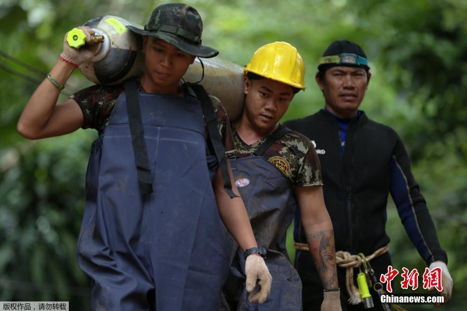 大量氧气瓶抵达泰国溶洞救援现场 积水不断排出