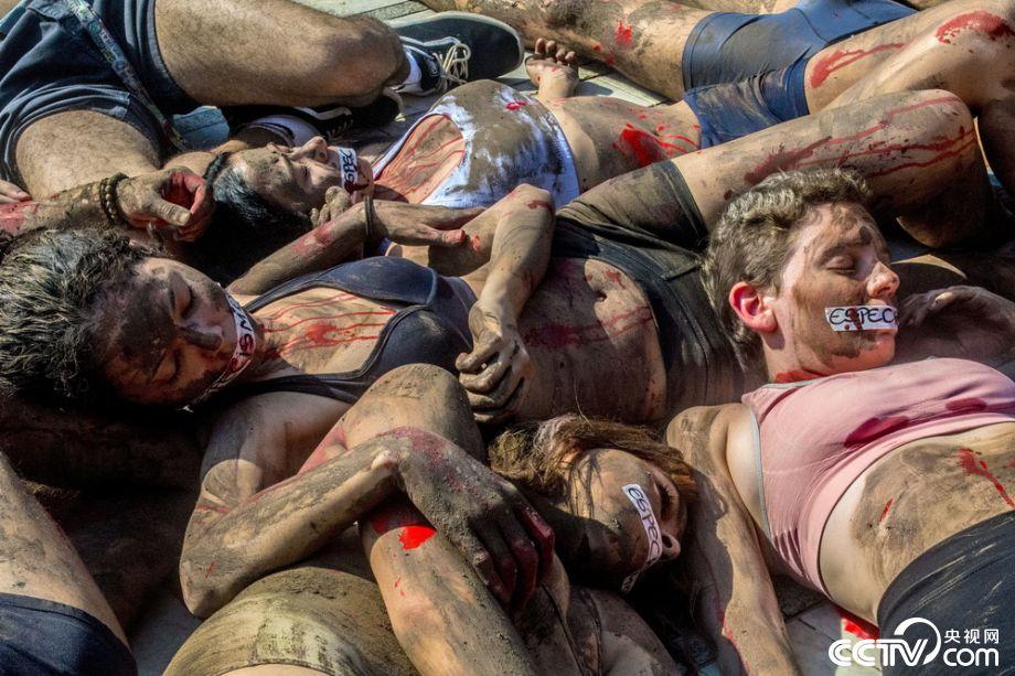 """巴西示威者""""流血躺尸"""" 抗议屠杀牲畜"""