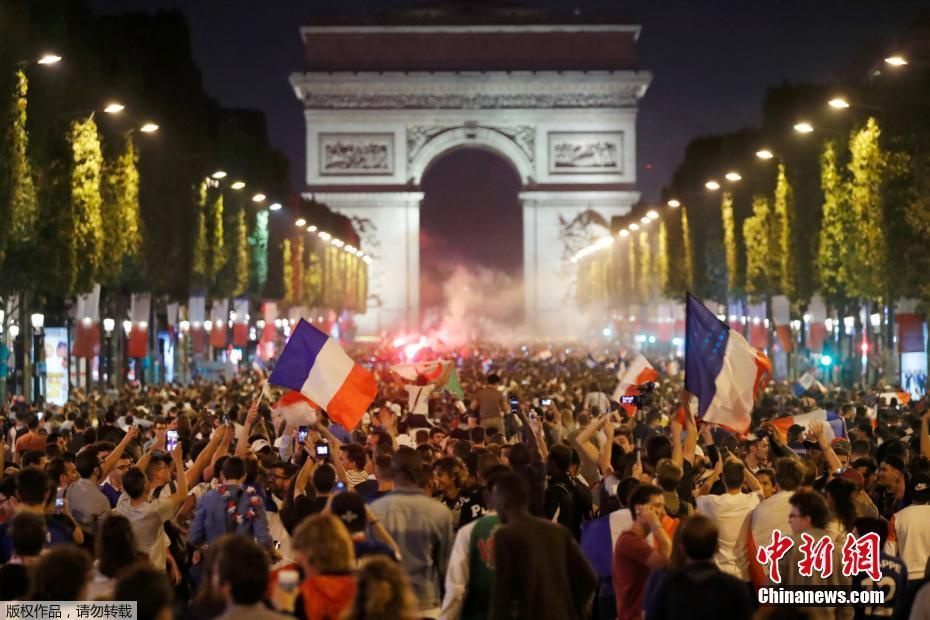 时隔12年再进世界杯决赛 法国球迷街头狂欢