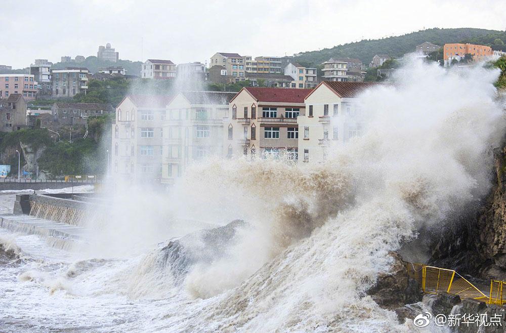 超级台风登陆浙江 沿海一带巨浪拍岸