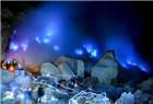 印尼一火山喷出罕见蓝光 点亮夜空引游客围观