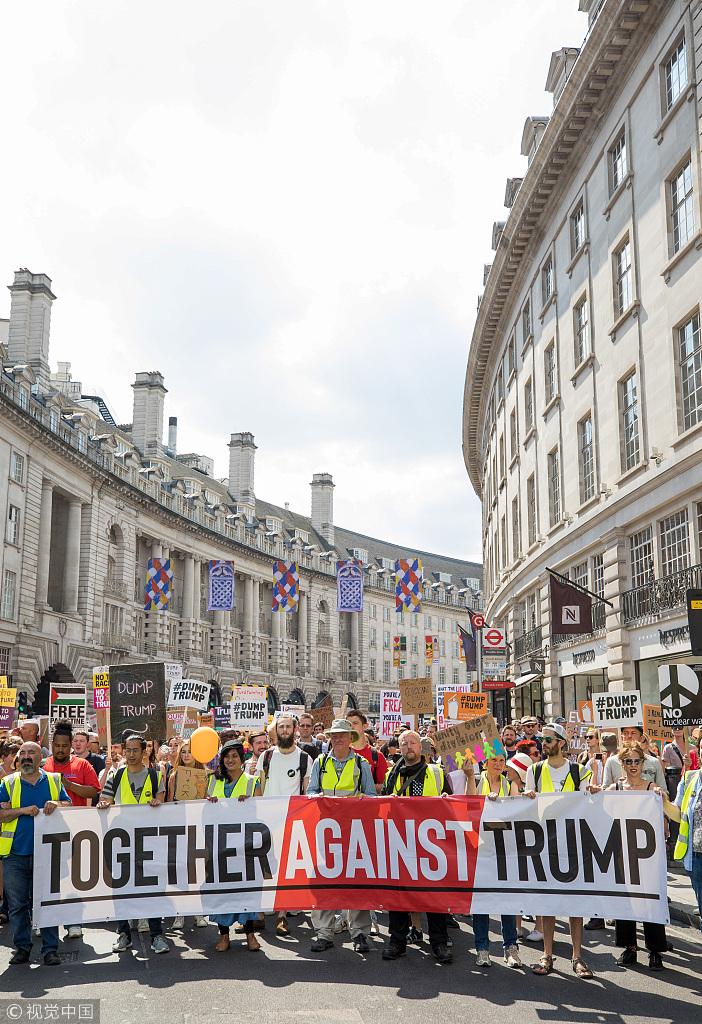 伦敦街头出现超过25万人的反特朗普游行