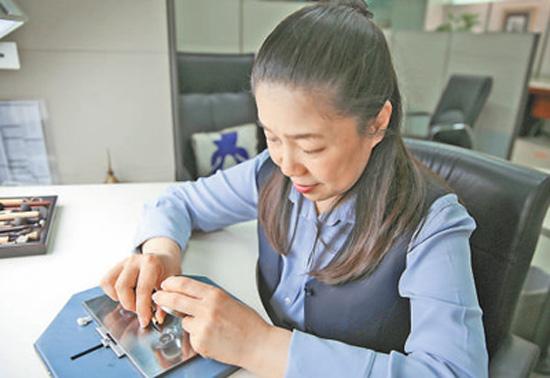 高级工艺美术师马荣:钢版刻像 纸币人物逼真