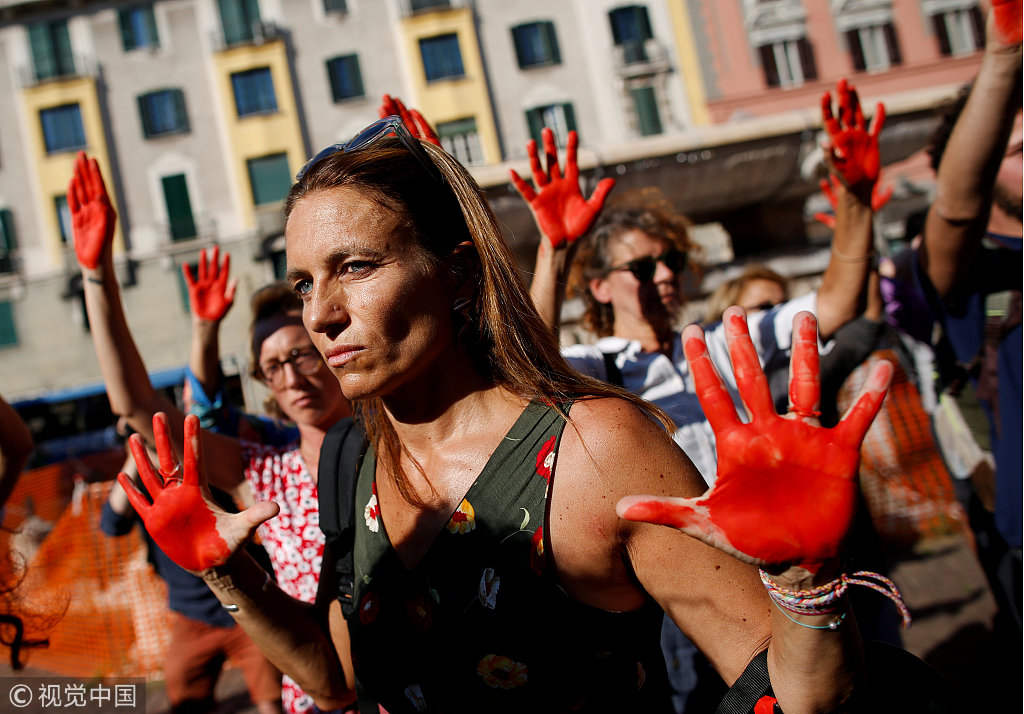 """意大利民众高举""""血手""""示威 抗议严厉移民政策"""