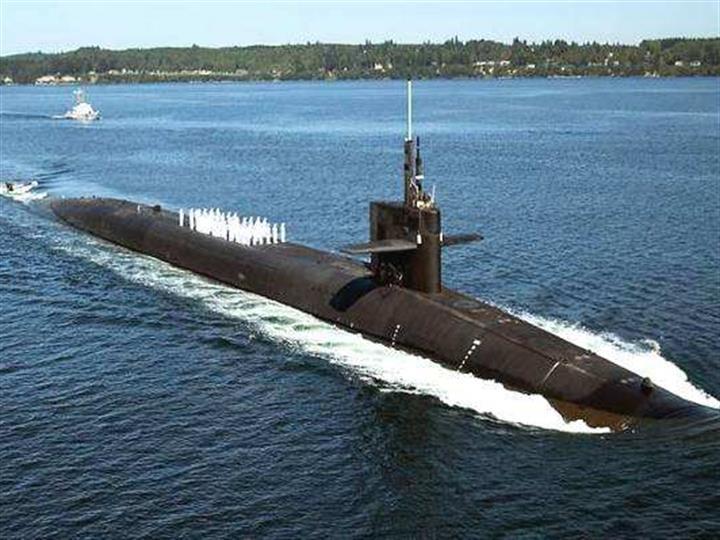 法国女兵登上凯旋级核潜艇出海