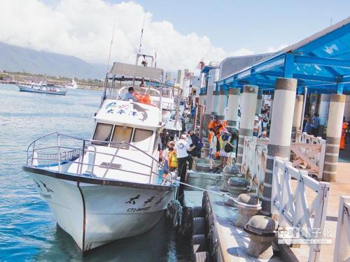 捕鱼资源缺乏 台湾花莲帮助渔民转型娱乐渔业