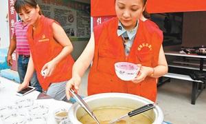 青年志愿者为高温下的建筑工人送清凉