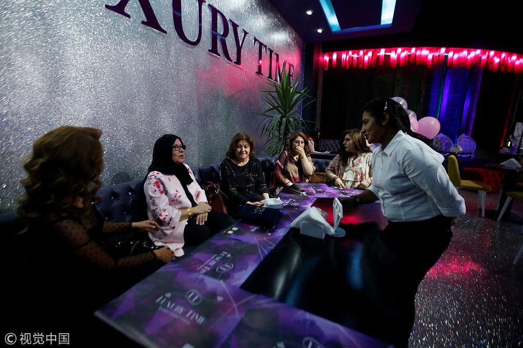 实拍伊拉克女性专属餐厅 女性顾客不裹头巾穿着时髦