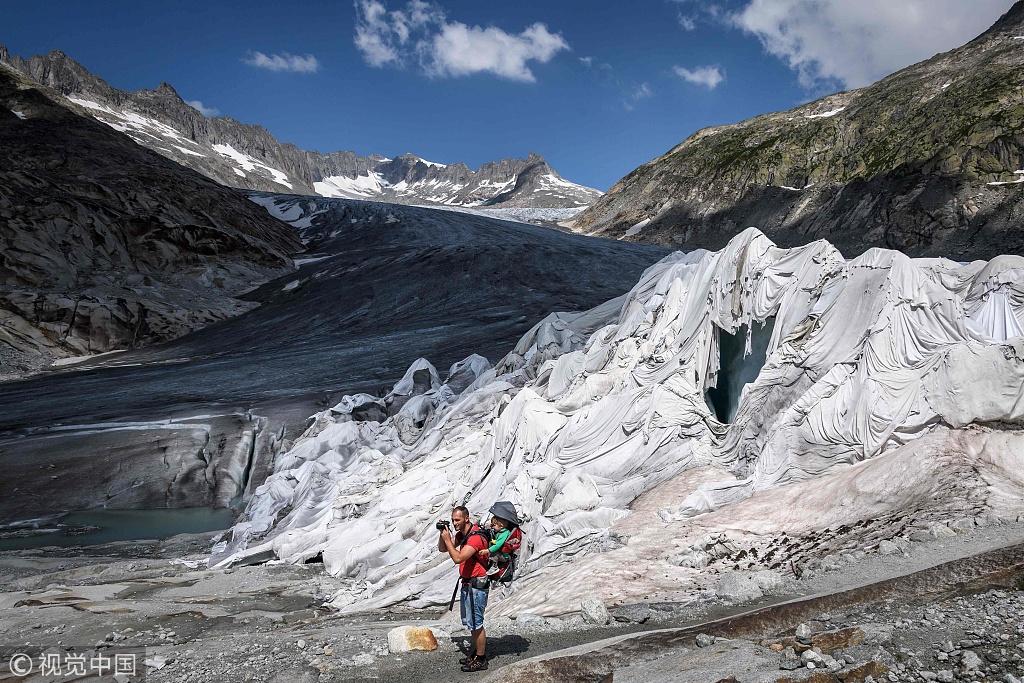 """热浪席卷欧洲 瑞士最古老冰川被盖""""毯子""""防止融化"""