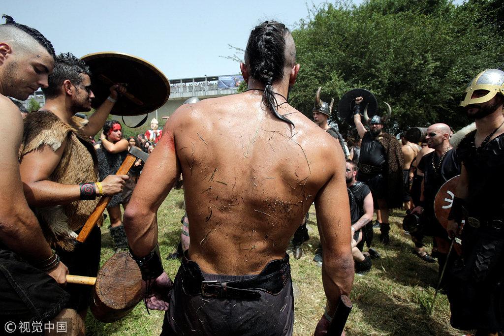西班牙小镇举办维京海盗节 重现海盗入侵场景