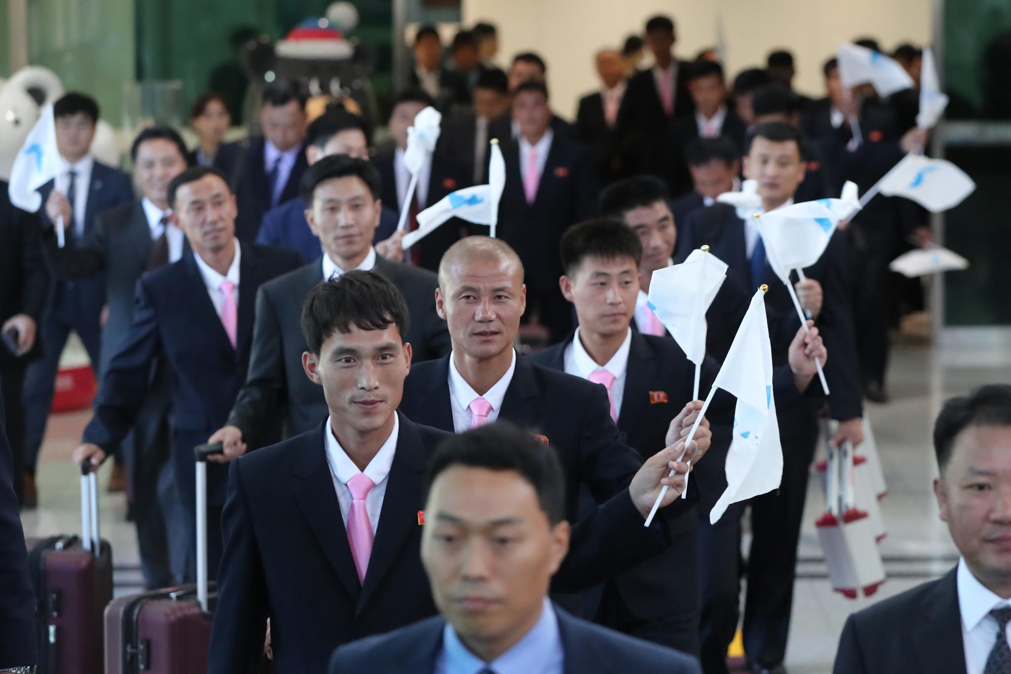 朝韩将举行工人足球赛 朝方代表团抵韩挥舞半岛旗