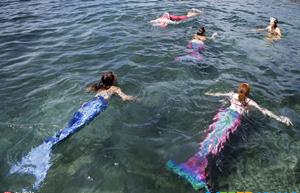 瑞士民众扮美人鱼游泳