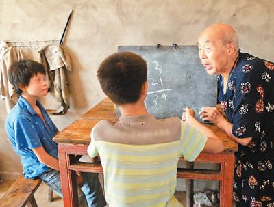 80岁老人邓林明连续4年为残疾兄妹送教