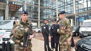 巴黎美丽城公园传出枪声 警察开枪引发关注